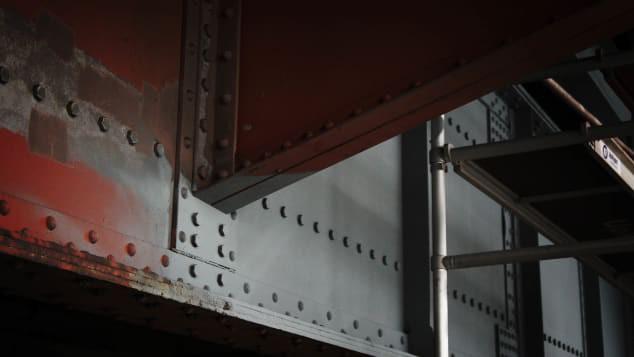 Lạ lùng nhỉ: Cầu Cổng Vàng nổi tiếng nước Mỹ lại có màu sơn... gần như là đỏ? - Ảnh 3.