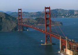 Lạ lùng nhỉ: Cầu Cổng Vàng nổi tiếng nước Mỹ lại có màu sơn... gần như là đỏ? - Ảnh 1.